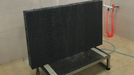 美亚迪户外LED显示屏防水测试中