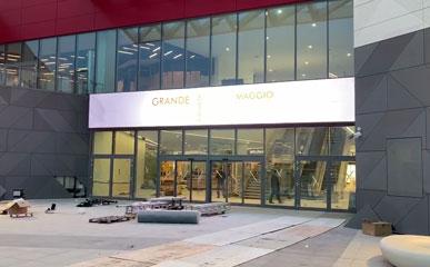 意大利商业中心P6户外LED广告屏14.4mX1.92m