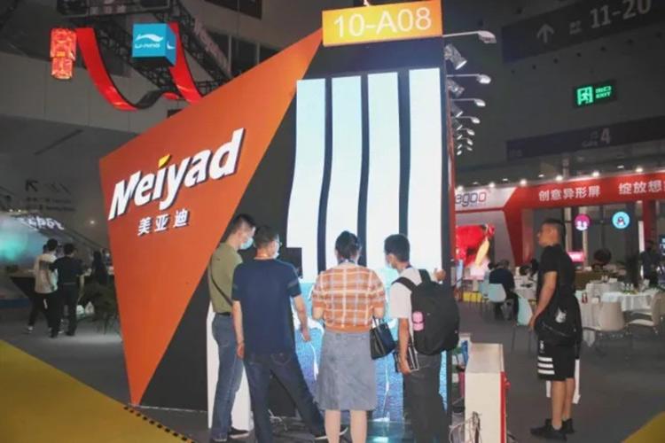 美亚迪户外LED柔性屏引来观众驻足